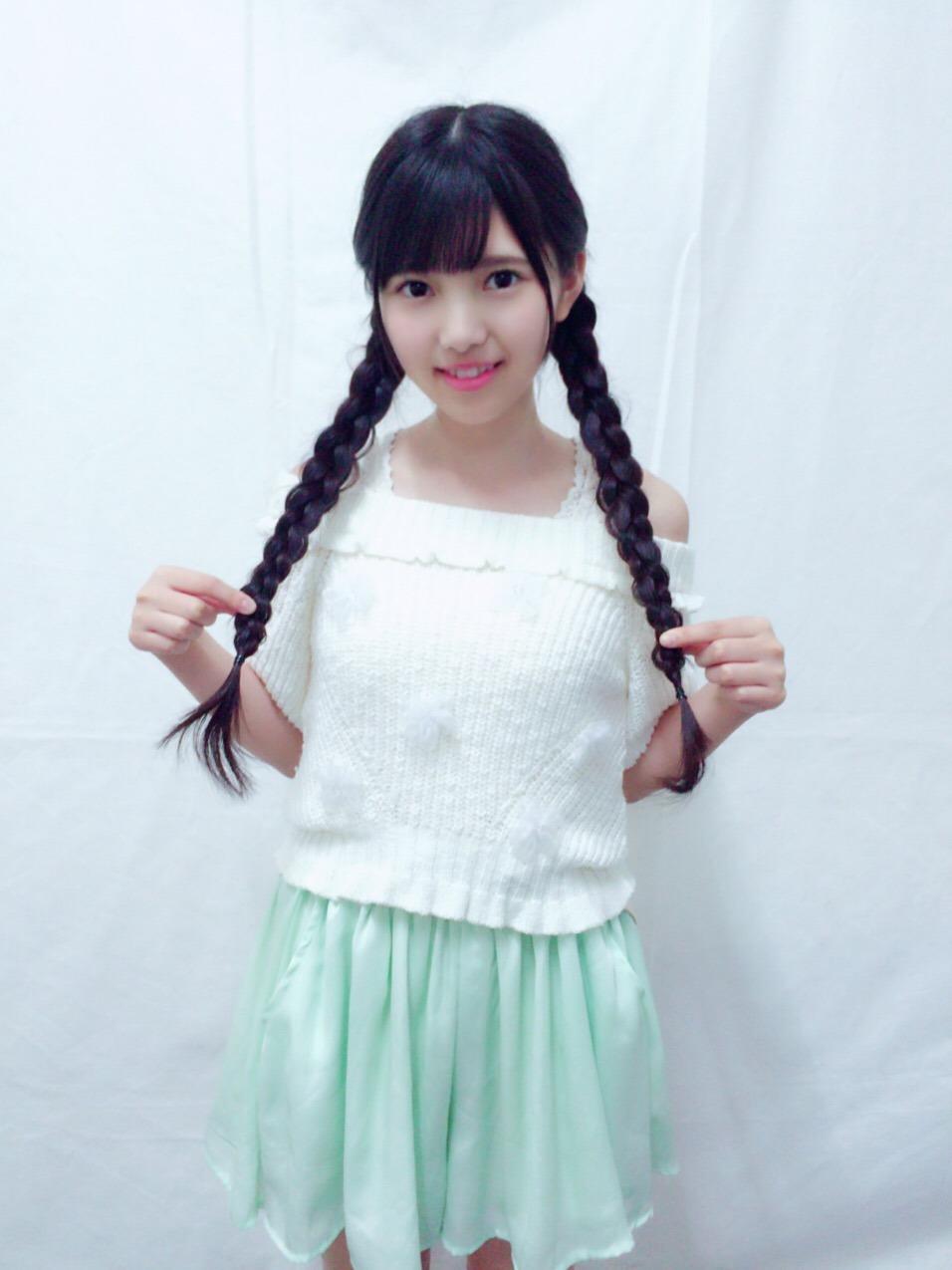 三つ編みの髪を触っている上村莉菜の画像
