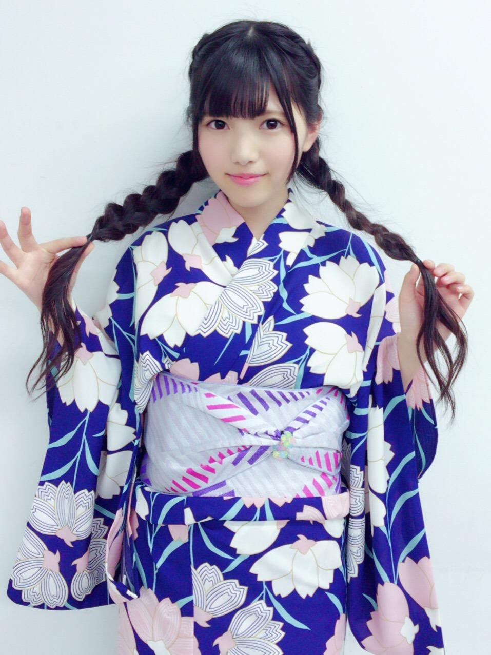 青い浴衣を着ている上村莉菜の画像