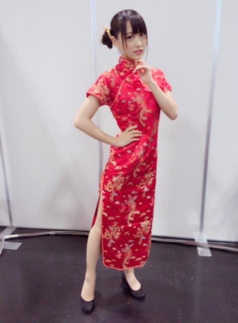 チャイナドレスを着ている菅井友香の画像
