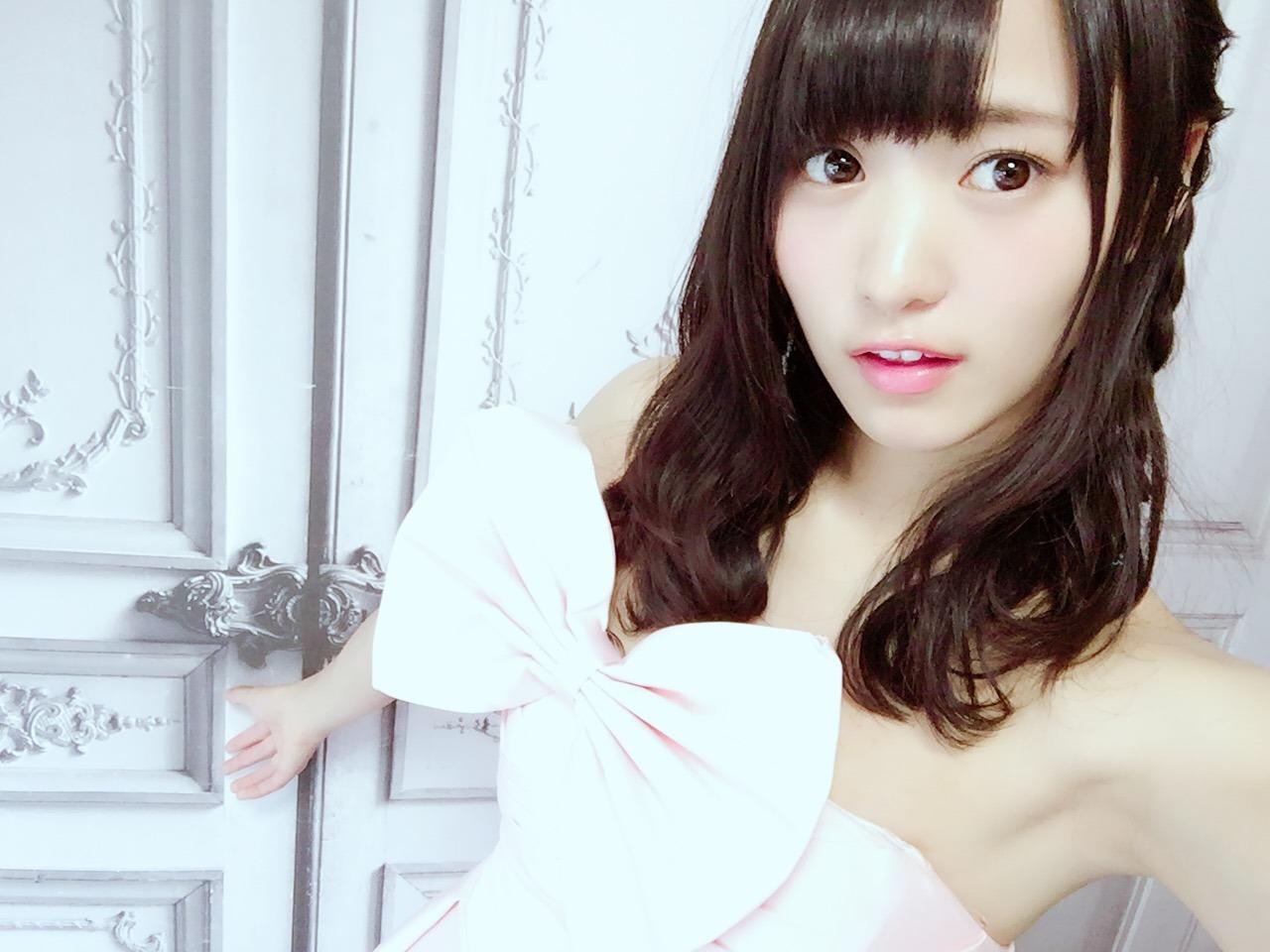 大きなリボンのあるセクシードレスを着ている菅井友香の画像